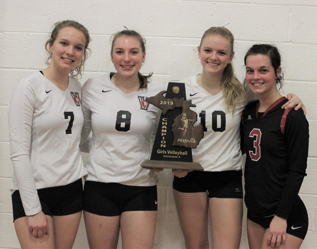 2020 seniors with district trophy